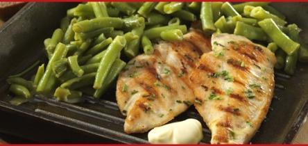 Grillezett csirkemell szeletek snidlinges majonézzel kenegetve, zöldbabsalátával