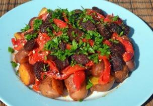 Meleg saláta újburgonyával, sült paprikával és pirított füstölt kolbásszal