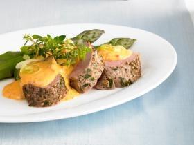 Zöldfűszeres sertésszűz zöld spárgával és újhagymás, paprikás hollandi mártással