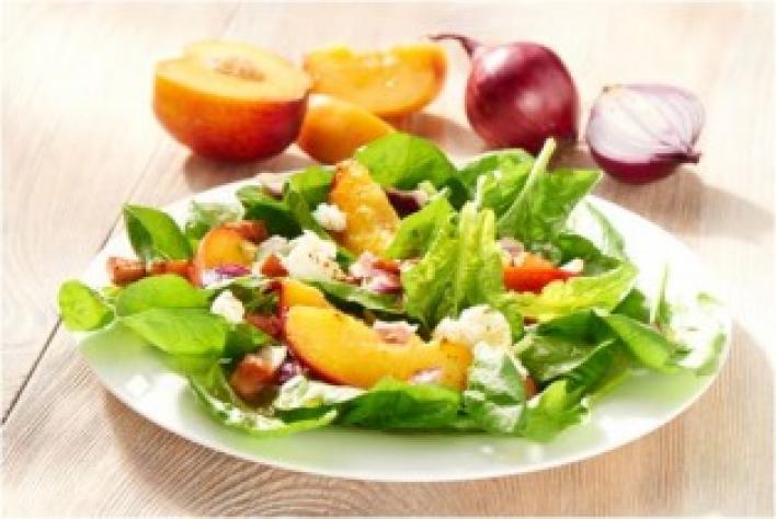 Kecskesajtos saláta spenóttal és őszibarackkal