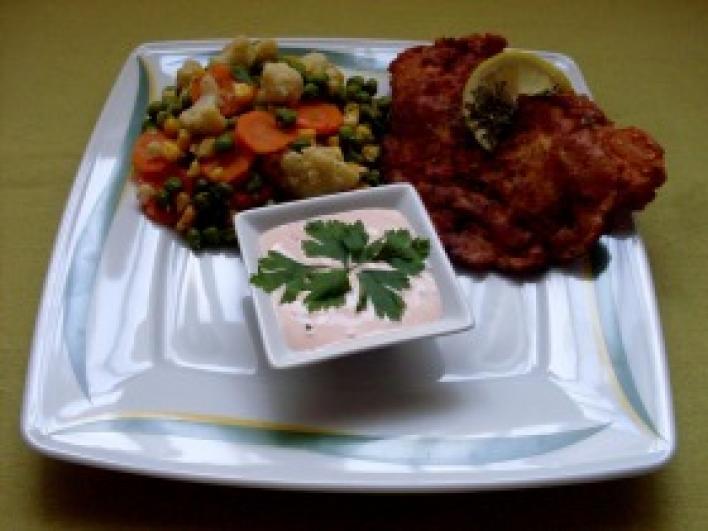 Csirkemell magvas bundában fűszervajas zöldkörettel és pikáns öntettel