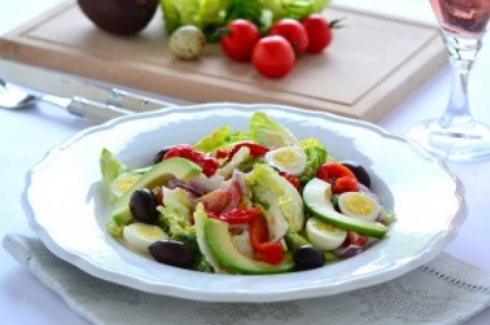 Ropogós saláta fürjtojással, avokádóval és krutonnal
