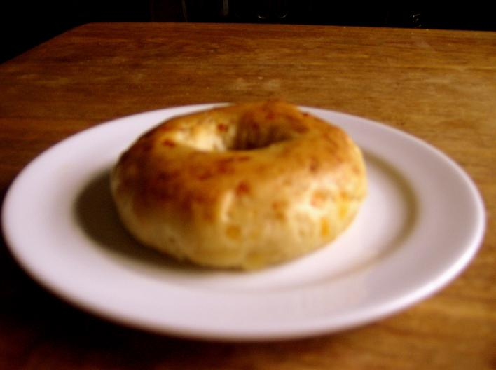 Kenyérsütőgépben készült sajtos bagel