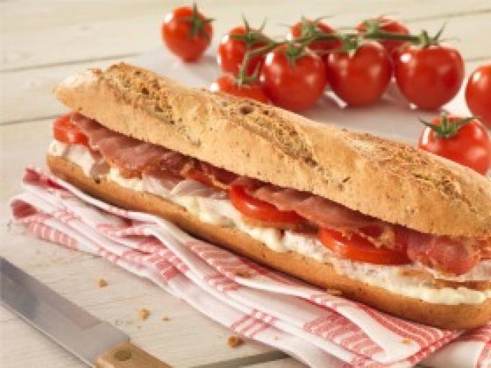 Csirkés, baconös, paradicsomos szendvics