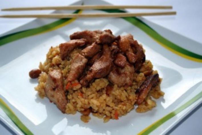 Fokhagymás disznóhús mogyorós rizzsel