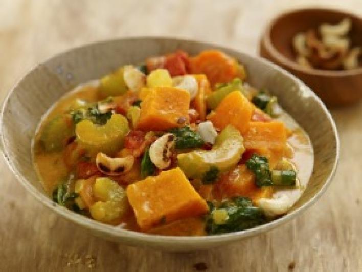 Indiai zöldséges egytál édesburgonyával és kesudióval