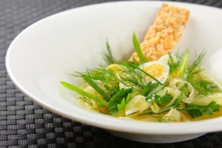 Saláta friss fűszernövényekkel, édesköménnyel és kakukkfű olajjal.