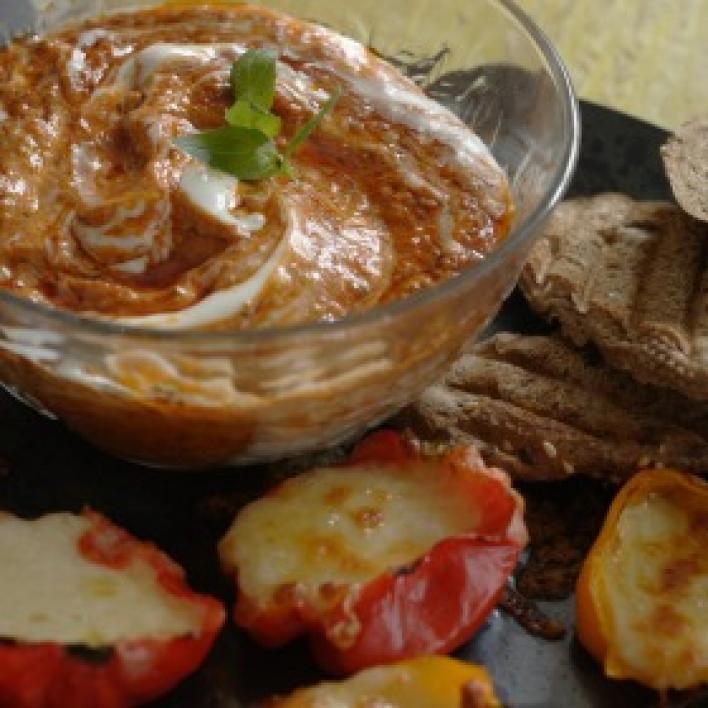 Görögös töltött paprika sült paprika krémmel