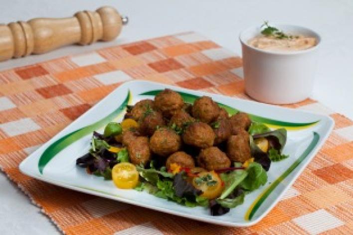 Török húsgolyók salátával