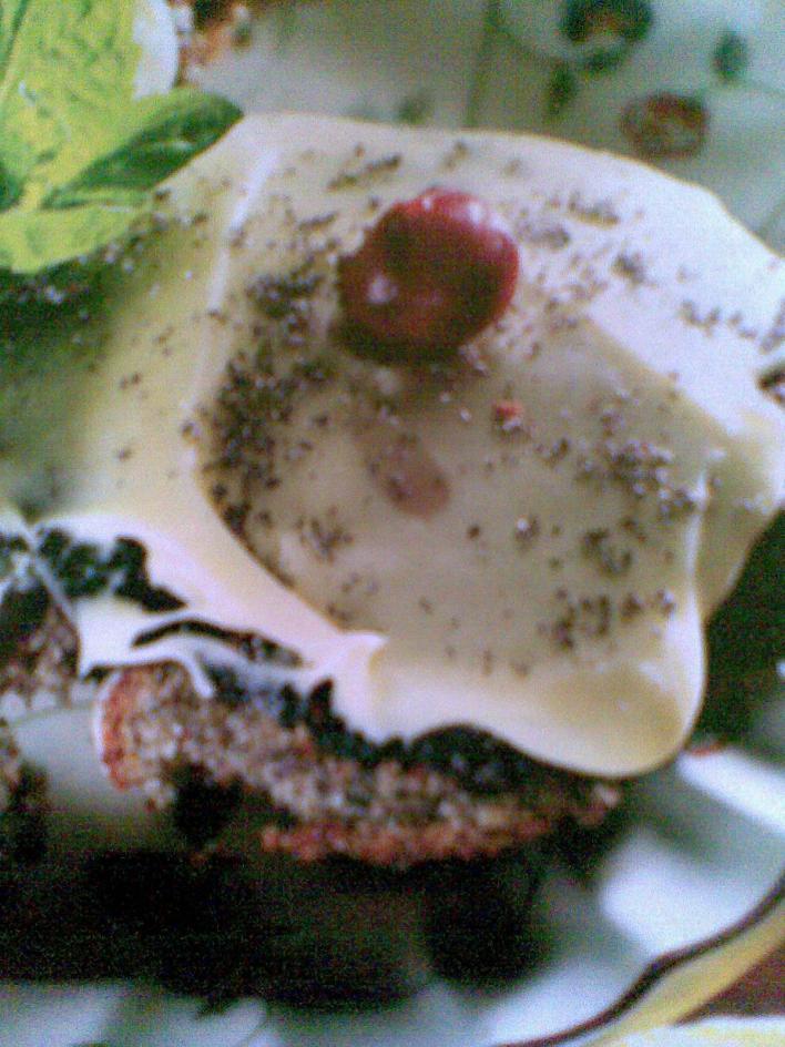 Mákos-meggyes-fehércsokis muffin