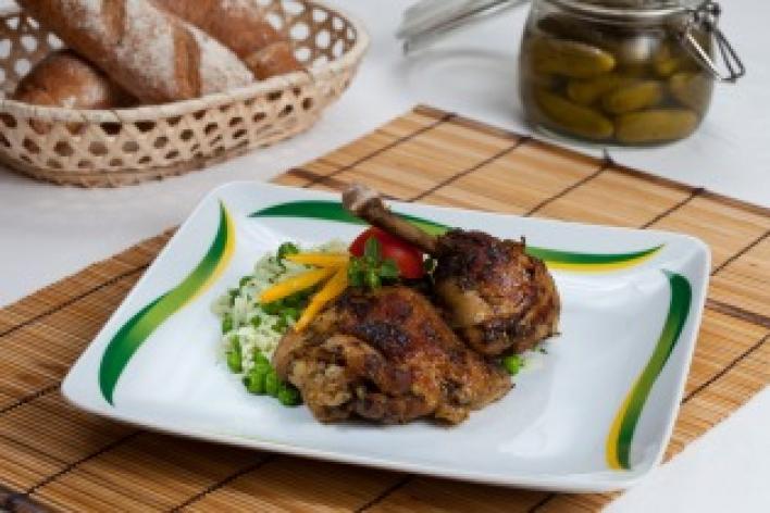 Zöldfűszeres csirkecombok rizibizivel
