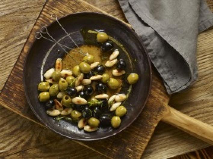 Olívabogyós, mandulás tapas