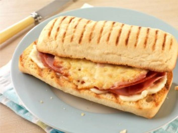 Sült, sajtos-sonkás panini
