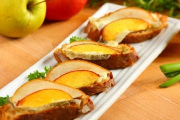 Gyümölcsös-sajtos mini szendvicsek