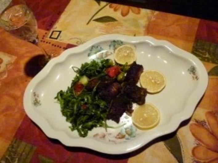 Baconbe tekert majorannás máj citromos ruccola salátával