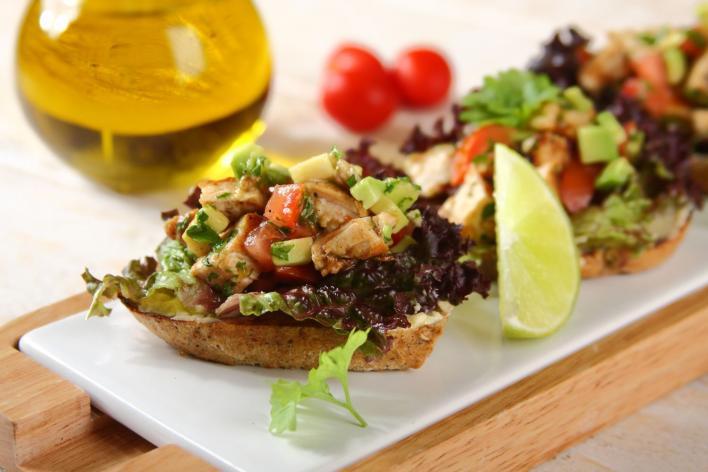 Mini szendvicsek grillezett csirkével és avokádóval