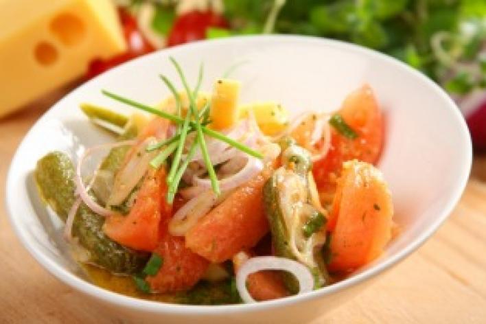 Emmentáli sajt saláta paradicsommal és savanyú uborkával
