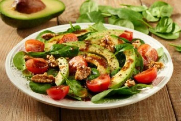 Avokádó, spenót és dió saláta