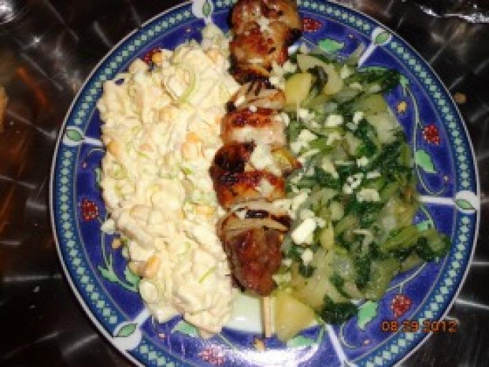 Báránycomb nyárson, mángoldos burgonyával és majonézes salátával