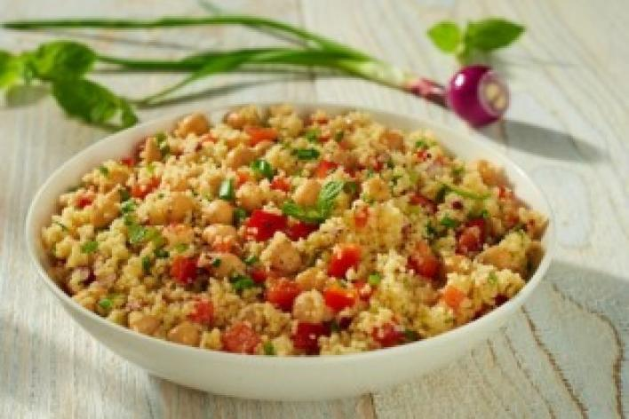 Kuszkusz saláta friss zöldfűszerekkel és csicseriborsóval
