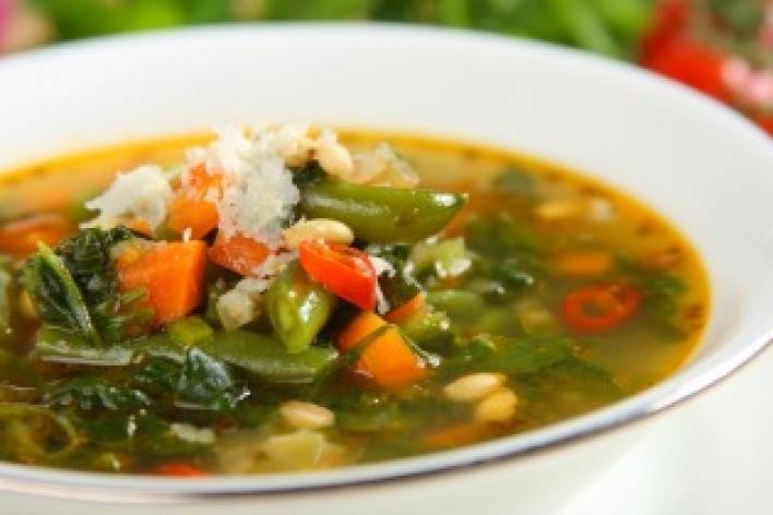 Zöldségleves spenóttal és parmezánnal
