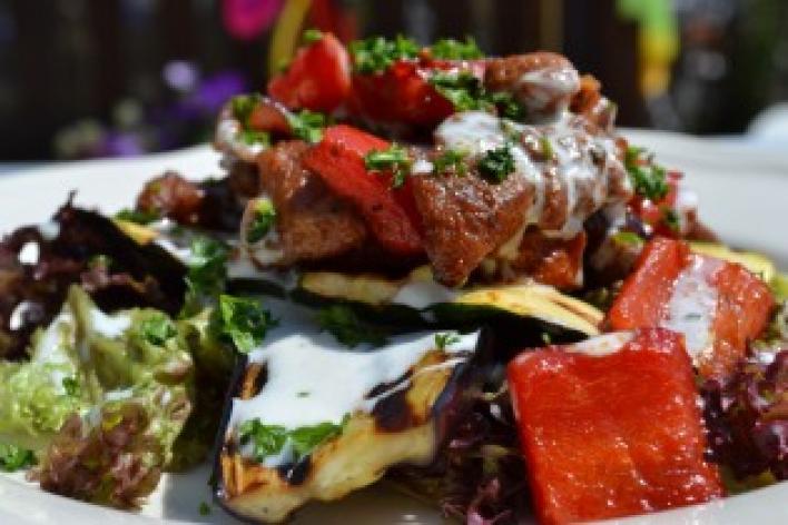 Görög pulykasaláta grillezett zöldségekkel és fokhagymás joghurtos dresszinggel