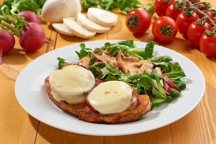 Mozzarellás csirkemell szeletek joghurtos salátával