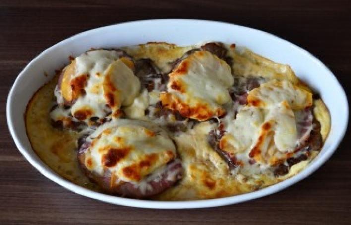 Tarjaszeletek sajttal, sonkával és birsalmával sütve
