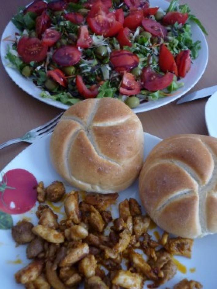 Kebab csirkecombból, zöldsalátával, friss zsemlével