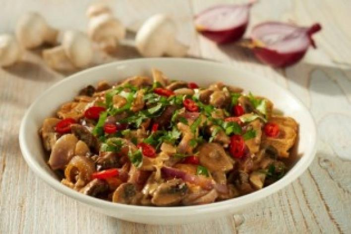Thai-jellegű wokban pirult csirke
