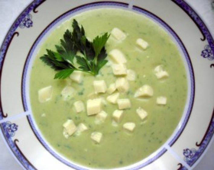 Egyszerű brokkolikrémleves sajtkockákkal