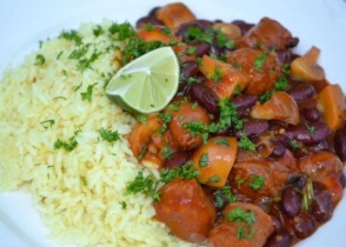 Mexikói fűszeres ragu kolbásszal, gombával és vörös babbal