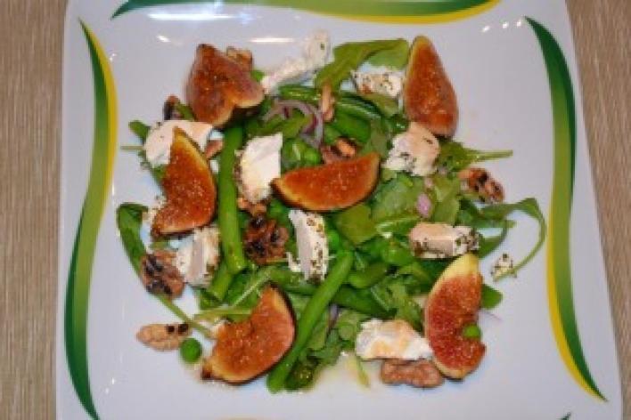Saláta kecskesajttal, friss fügével és dióval