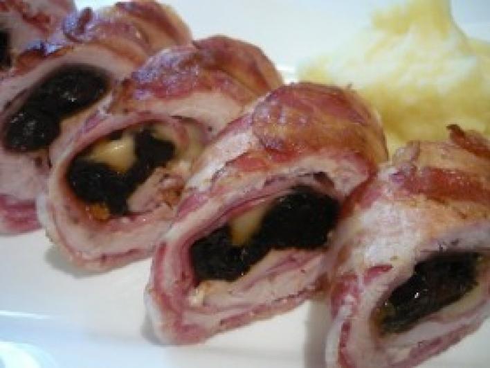 Aszalt szilvával töltött csirkemell bacon köntösben