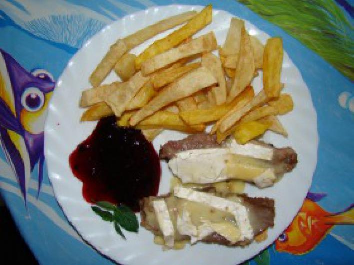 Marhasült camembert sajttal, áfonyaszósszal, házi hasábburgonyával