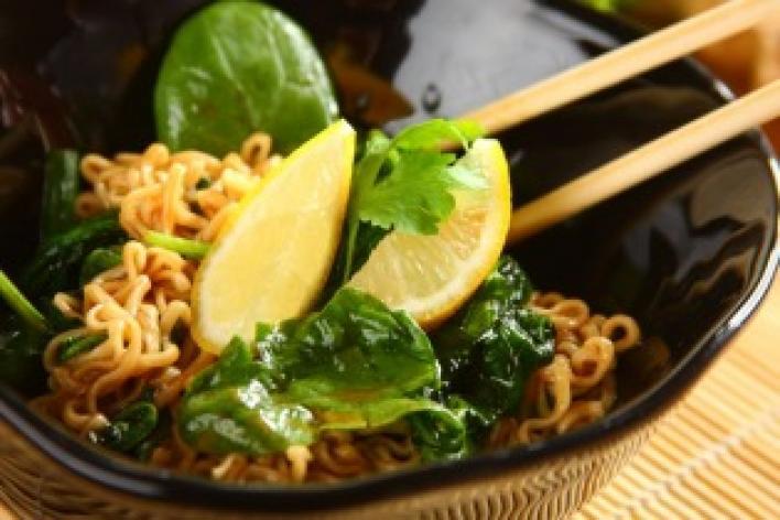 Kínai tészta spenóttal és osztrigaszósszal