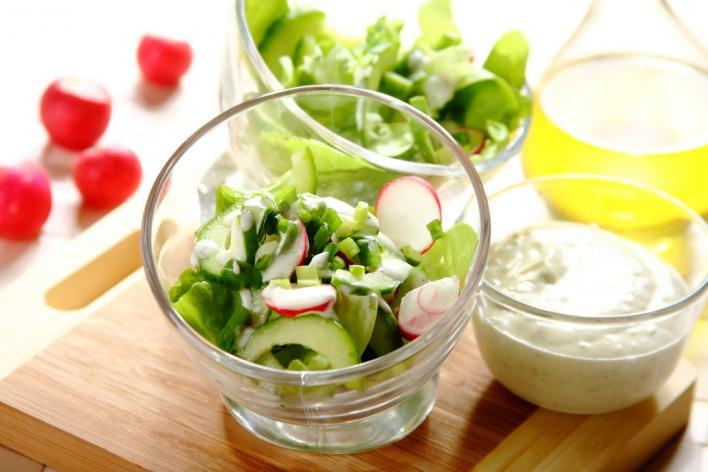 Tavaszi saláta metélőhagymával
