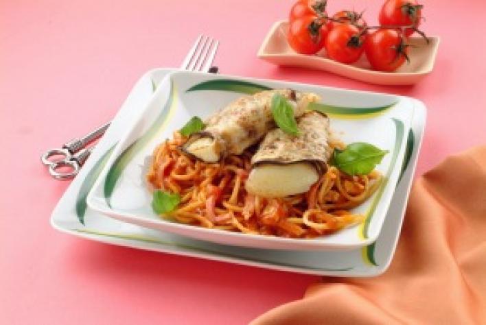 Mozzarellával töltött padlizsántekercsek fokhagymás spagettivel