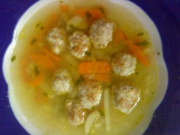 Sajtos húsgombóc leves