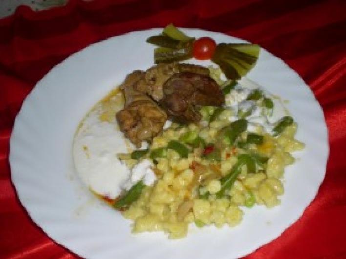 Lecsós csirke, kapros-zöldbabos galuskával