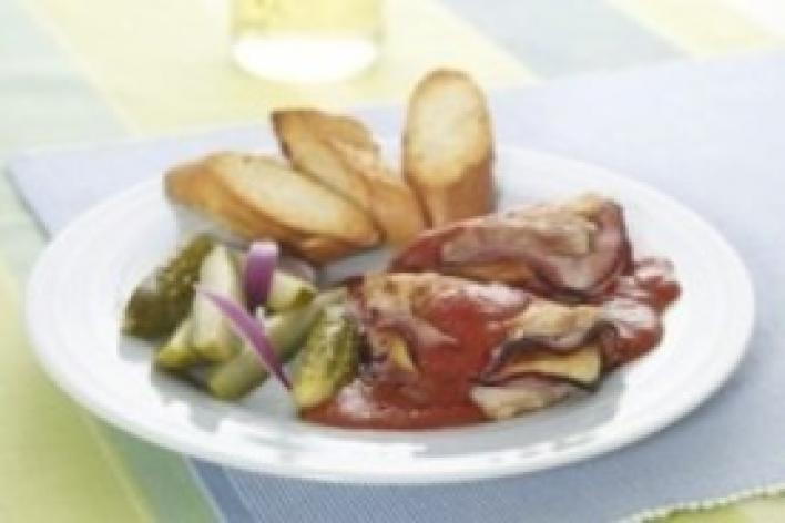 Sajttal és sonkával töltött csirkemell olasz paradicsom mártásban