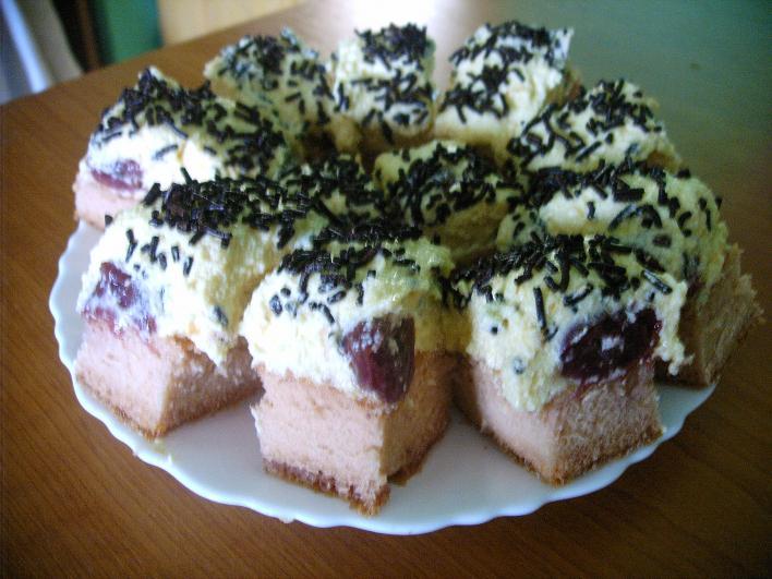 Málnás-meggyes sütike