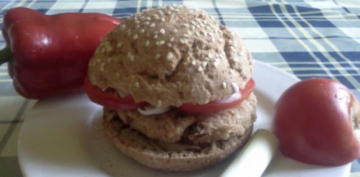 Vegetáriánus hamburger teljes kiőrlésű lisztből