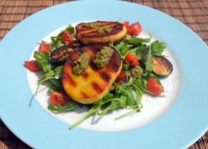 Fűszeres grillsajt mediterrán zöldségekkel, rukkolával és pestoval