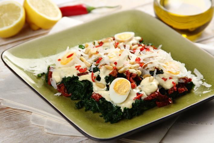 Kelkáposzta saláta fürjtojással és aszalt paradicsommal
