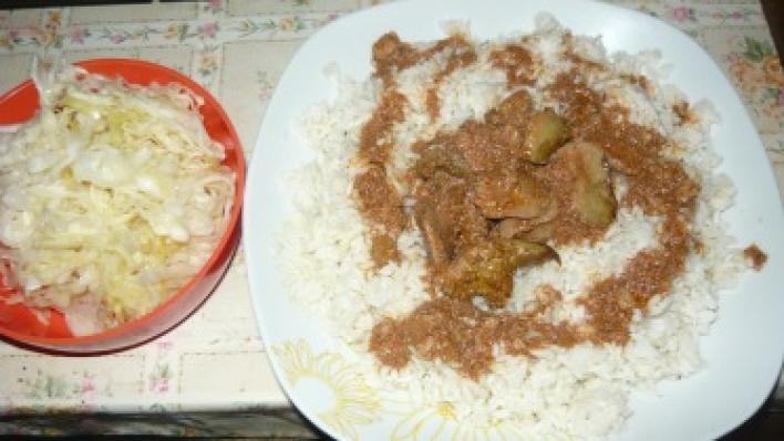 Dinsztelt csirkemáj rizzsel, savanyú káposztával