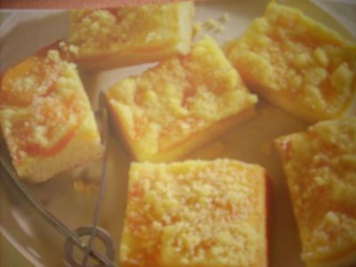 Sárgabaracklepény vajas vagy sütőmargarinos morzsával