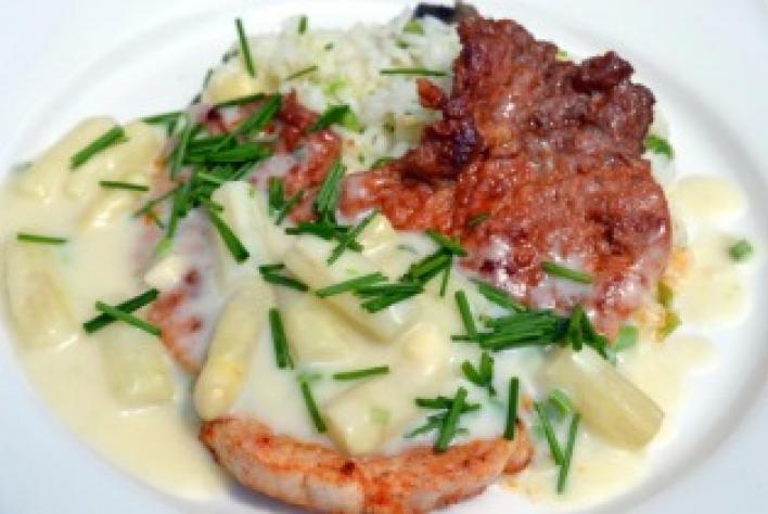Fűszeres sertéscomb szeletek spárga mártással és zöldséges rizzsel