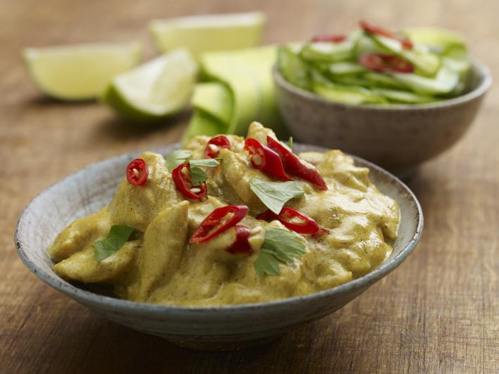 Gyors csirke curry friss uborka salátával