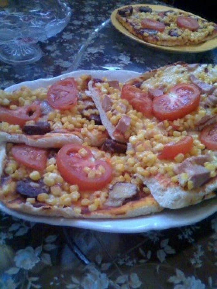 Paradicsomos-füstölt kolbászos pizza